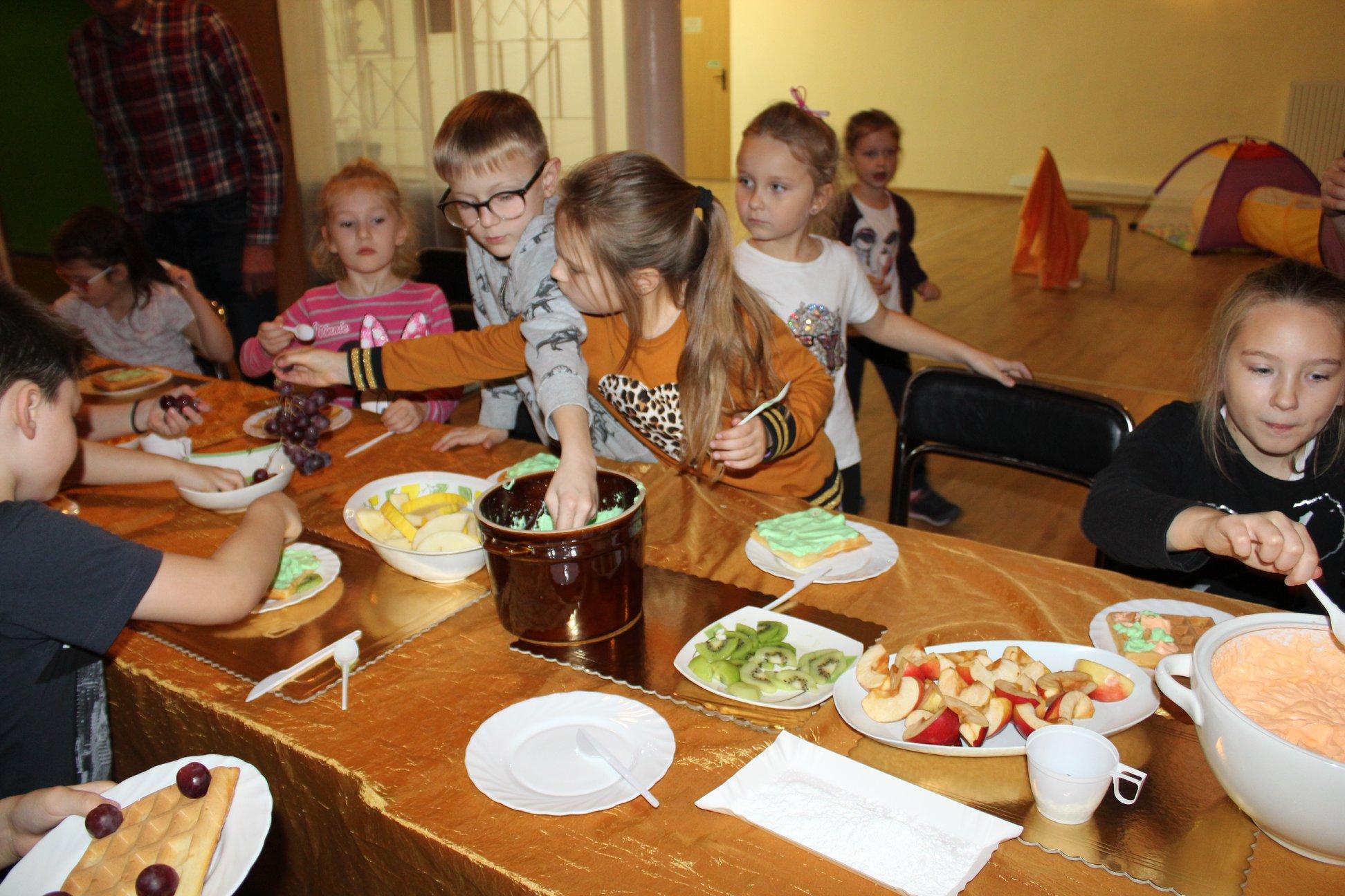 Dzieci robiły gofry w ramach Małego Kucharza