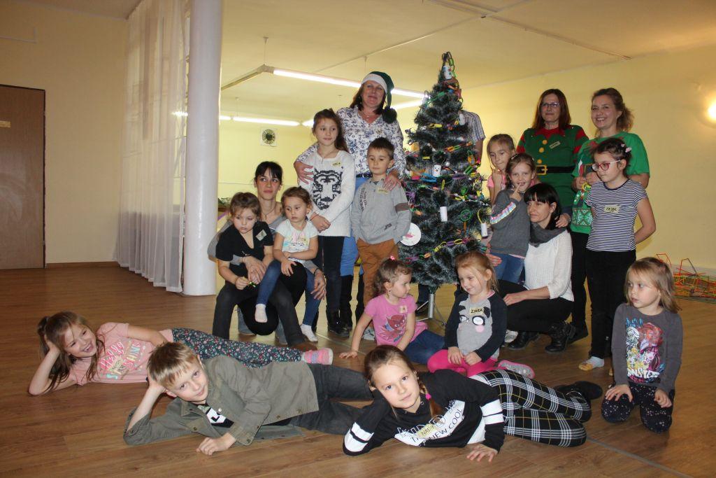 Dzieci dekorowały choinkę
