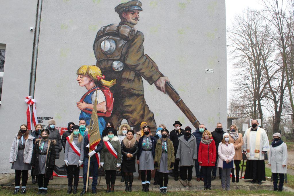 """""""Pamiętamy – dziękujemy; mural patriotyczny w miejscowości Hostynne-Kolonia"""""""